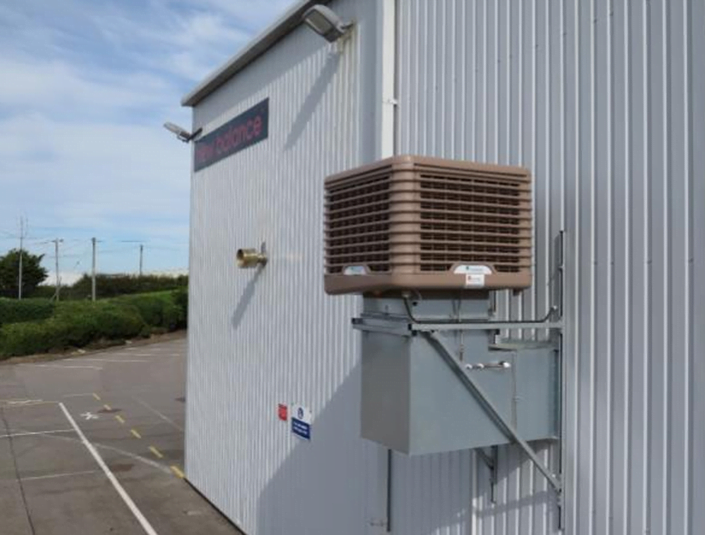 Building with an evaporative cooling system
